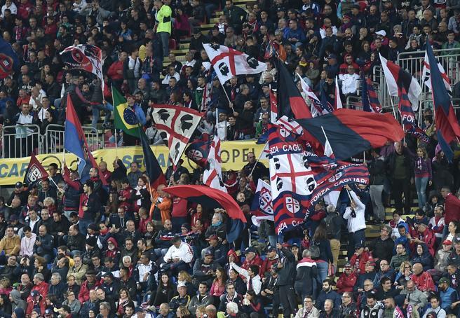 Insulti razzisti, il Cagliari punisce tre