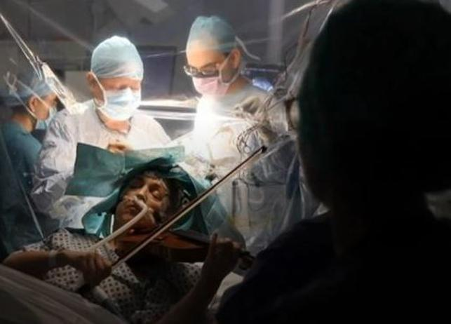 Suona il violino mentre viene operata per un tumore al cervello