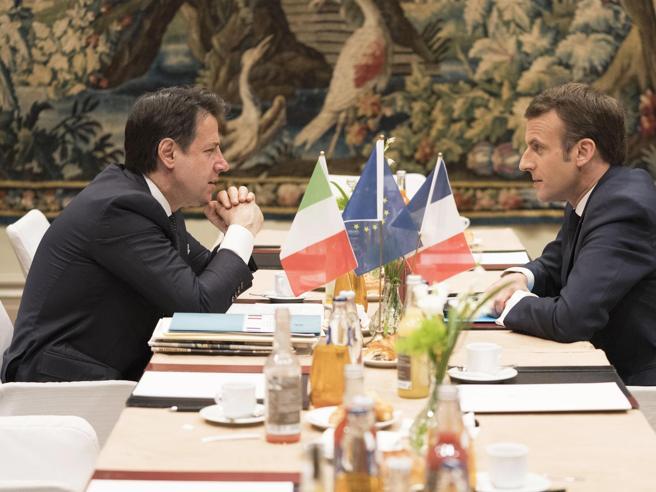 Italia-Francia, Macron a Napoli: lenzuola bianche alle finestre