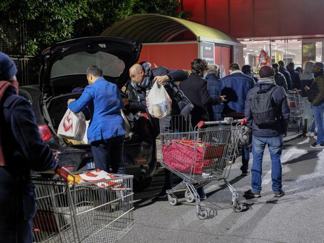 Coronavirus, supermercati notturni presi d'assalto. Il Governo: