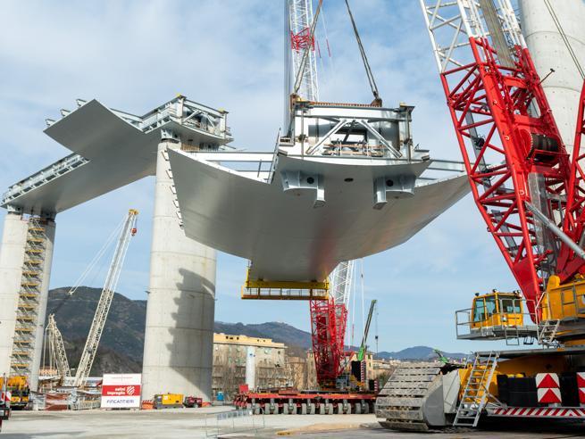 Tricolore illumina pile del nuovo ponte - Liguria