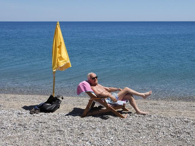 Di Maio: 'Lavoriamo per riaperture Ue a turisti il 15/6'