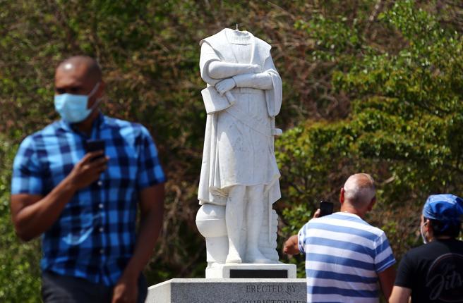 Usa, statue di Colombo abbattute e vandalizzate