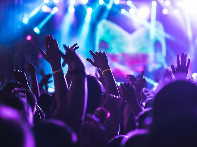 15 giugno riapertura discoteche: all'aperto, niente abbracci, no drink in piedi