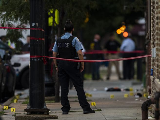 Chicago, sparatoria a un funerale: sono 14 i feriti. La polizia: imboscata