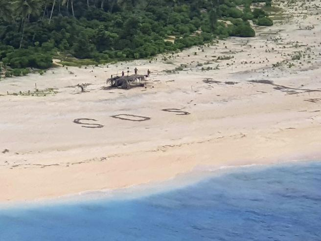 Australia: marinai naufragati salvati da 'Sos' sulla sabbia