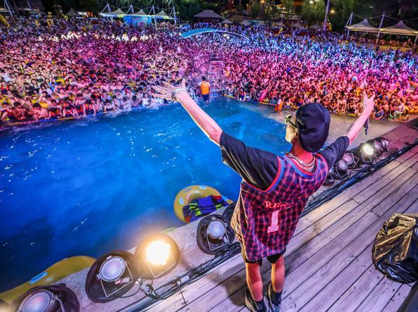 A Wuhan un maxi festival in piscina senza mascherine né distanziamento