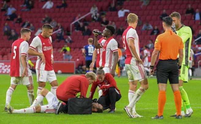 Ajax, malore in amichevole per Blind. Paura per l'olandese