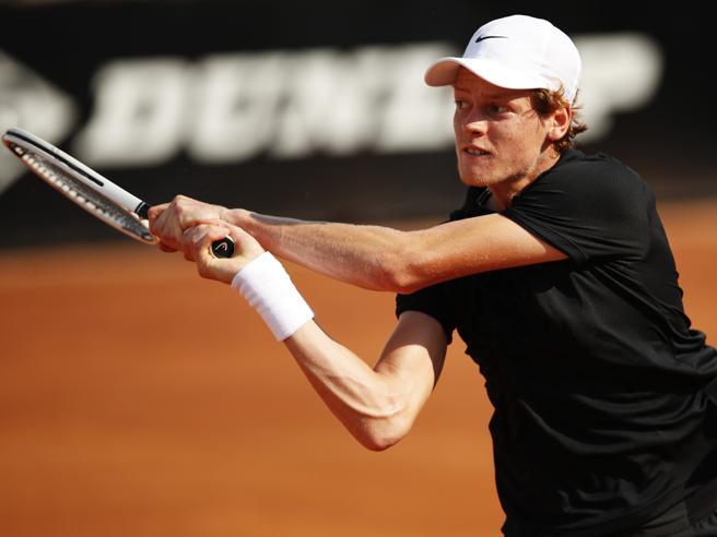 Internazionali tennis, Sinner batte Tsitsipas e va agli ottavi (6-1, 6-7, 6-2)