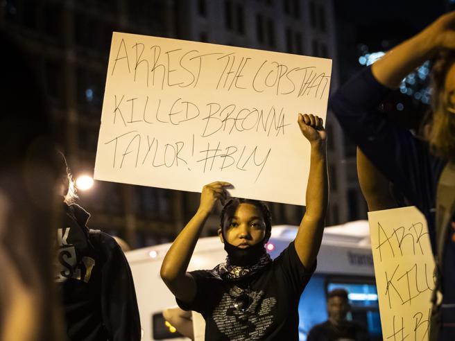 Usa: due agenti feriti durante protesta a Louisville