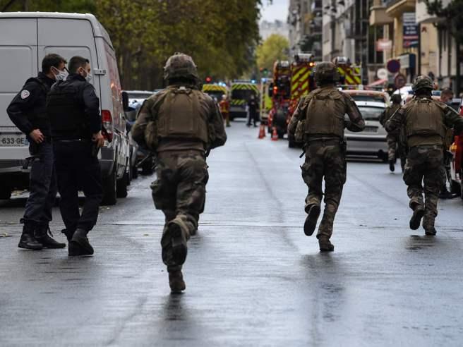 Parigi, accoltellamento vicino a Charlie Hebdo, luogo dell'attentato del 2015