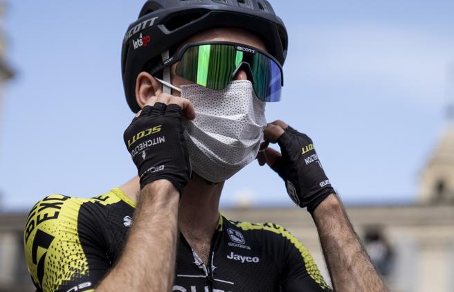 Simon Yates positivo al Covid, deve abbandonare il Giro d'Italia