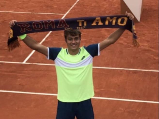 Flavio Cobolli, trionfo a Parigi con la sciarpa giallorossa