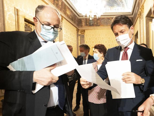 Coronavirus, le notti infinte di Palazzo Chigi e i ministri esausti: 'Problema cronico di organizzazione'