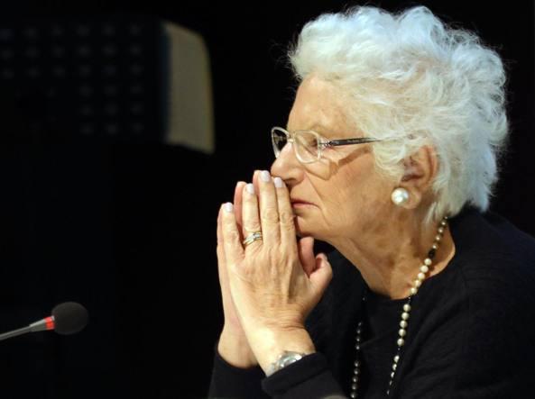 Sopra: Liliana Segre (Milano, 1930, foto Ansa/Bazzi). Sopravvissuta alla Shoah, ha testimoniato per oltre trent'anni in centinaia di scuole, davanti a migliaia di ragazzi. Per la fatica e la sofferenza dovute all'et