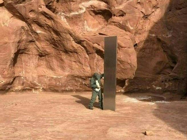Il monolite nel deserto dello Utah è ora una piramide