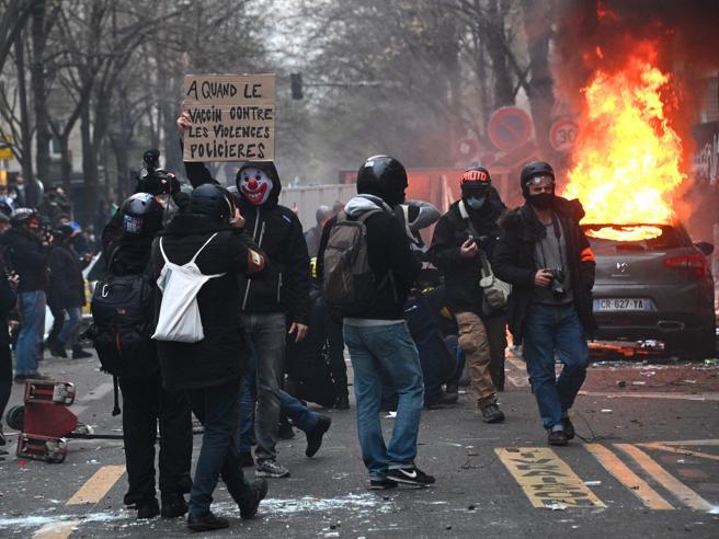 Migliaia manifestano a Parigi contro legge sicurezza, 64 arresti