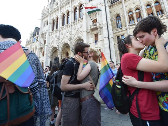Ungheria, la nuova legge: coppie lgbt escluse dall'adozione, famiglia