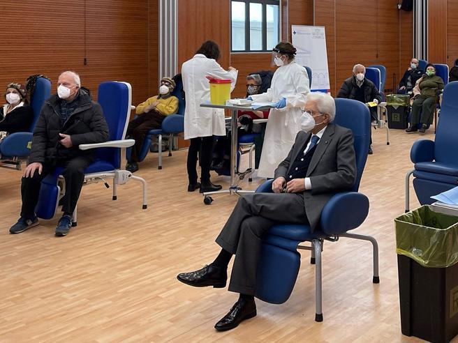 Mattarella si vaccina contro il Covid allo Spallanzani
