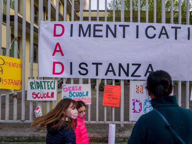 Napoli, genitori scendono in piazza contro la Dad: manifestazione in piazza Dante