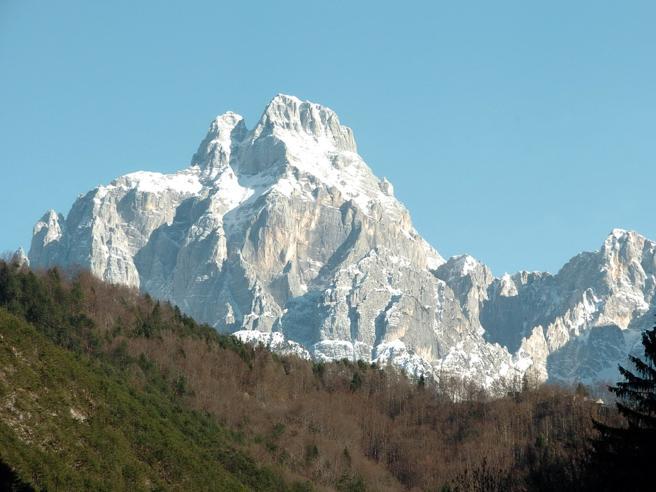 Valanga in Friuli, due dispersi. Un terzo sfiorato dalla massa di neve