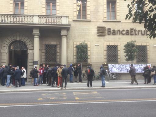 Arezzo, la rabbia dei risparmiatori  contro  Banca Etruria Video