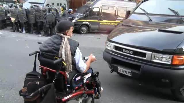 Sedie A Rotelle Torino : Lello lanarchico in sedia a rotelle con lo spray contro il
