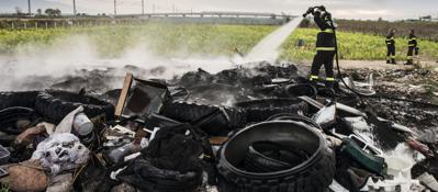 Scarpe rotte e senza maschere, cos� i pompieri spengono i roghi tossici