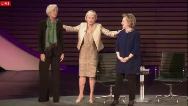 """""""Incrementare l'ingresso delle donne nel mercato del lavoro per favorire la crescita."""" E' la tesi di Christine Lagarde espressa durante l'incontro a New York con Hillary Clinton  nell'ambito del quinto appuntamento mondiale  di """"Donne nel mondo"""".  Per il direttore del Fmi una maggior presenza femminile gioverebbe all'economia specialmente di paesi come Germania e Giappone con una popolazione anziana. Per l'ex segretario di stato americano Hillary Clinton però fra le donne """"C'è ancora tanta esitazione"""". (RCD - Corriere Tv)"""