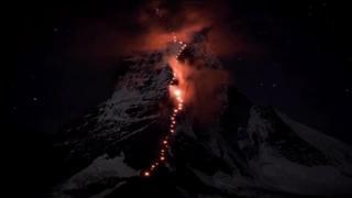 Il Cervino si illumina di rosso a 150 anni dalla prima scalata