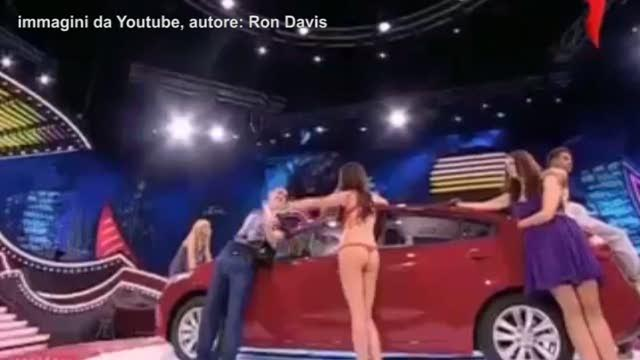Russia, concorrente prende a pugni una donna durante uno show televisivo