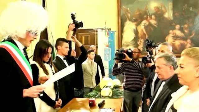 b078a9ab98dd Brescia  drag queen celebra matrimonio civile - Corriere TV