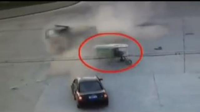 Scontro violento tra due veicoli all'incrocio, il risciò si trova nel mezzo ma scampa il pericolo