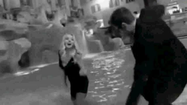 Bagno Nella Fontana Di Trevi.Da Valeria Marini Ad Adriana Lima Il Bagno Nella Fontana Di