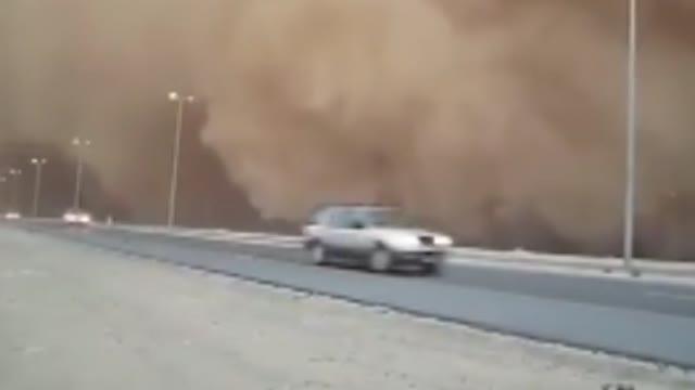 Dubai, la tempesta di sabbia oscura il cielo sopra l'autostrada