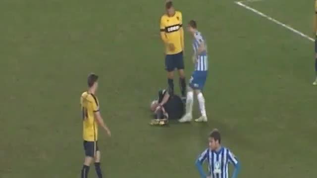 Ruba lo spray all'arbitro infortunato e disegna la sagoma sul campo