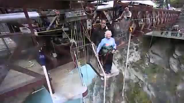 La nonnina fa bungy jumping a 91 anni