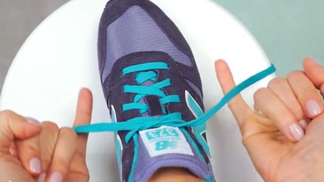 Allacciare le scarpe in due secondi? Ecco come fare