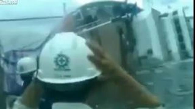 Indonesia: il varo è un disastro, la nave si capovolge