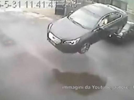 Toronto: auto vola oltre il recinto