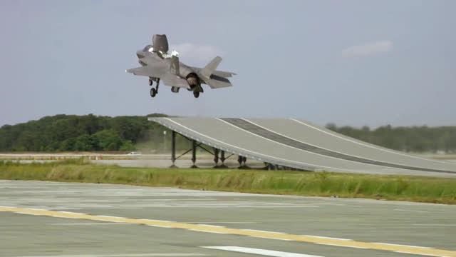 Il jet F-35B decolla dal trampolino, test riuscito.