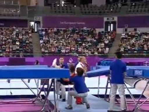 Ginnasta cade, preso al volo da osservatore di gara agli Europei di Baku