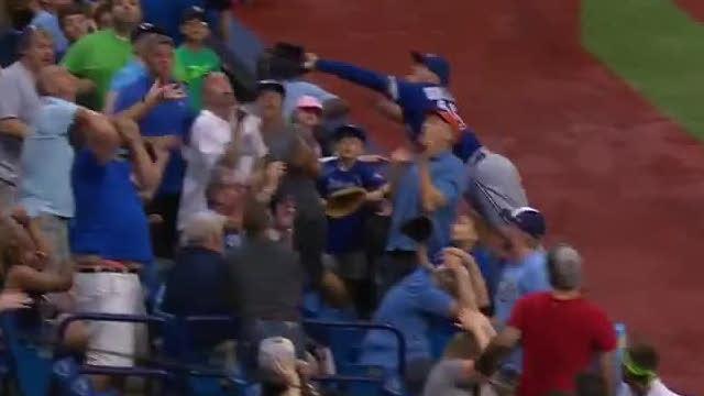 Josh Donaldson: Baseball, tuffo tra il pubblico per prendere la palla