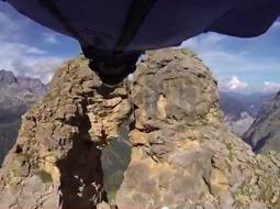 Il volo incredibile tra le rocce