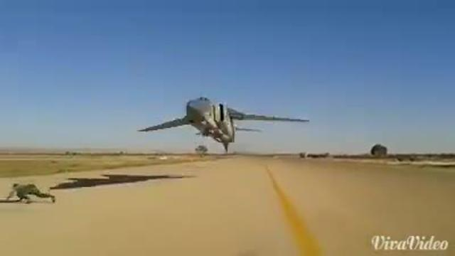 Caccia in volo radente sfiora un uomo in pista