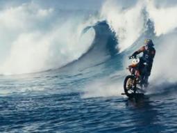 Surf su un'onda gigante in moto: l'ultima follia di Robbie Maddison