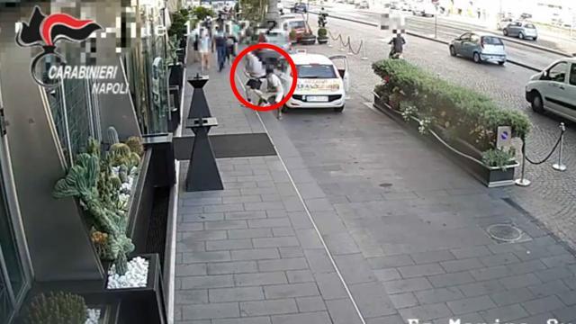 Napoli, lo scippo in diretta: al turista viene rubato orologio da 35mila euro