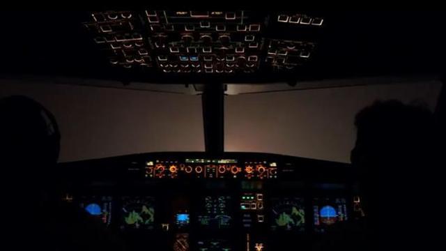 Londra aereo nella nebbia l atterraggio visto dalla cabina di