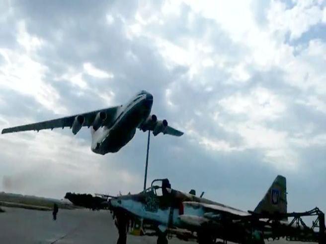Il folle volo radente nella base russa  dell'enorme aereo da trasporto
