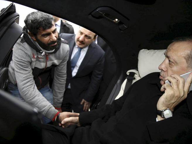 «Erdogan salva aspirante suicida»  Ma senza neanche scendere  dall'auto